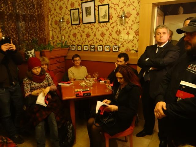 Doamna inimii primarului Emil Boc (roșcata drăguță care răsfoiește cartea) și Daniel Buda