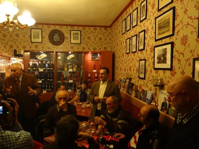Eu și o parte din onoranta mea adunare de prieteni (domnul Zeriu, așezat în partea stângă).