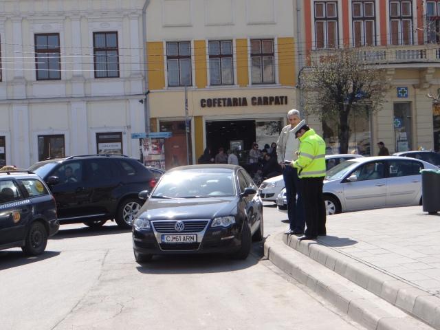 Ion Novăcescu parcat ca maneliștii în intersecție. Să-l vadă lumea. Și l-a văzut Poliția locală.