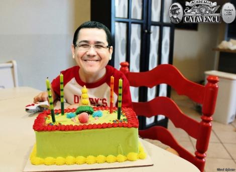 La aniversare, Ponta vine cu torturile, iar românii promit să-i aprindă lumânările