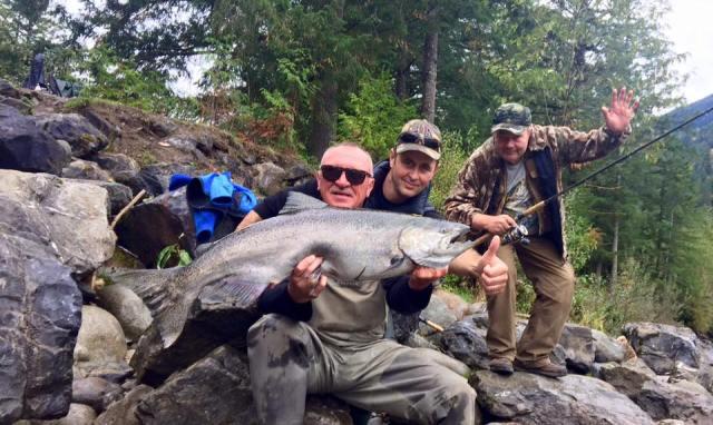 Marius Mânzat pe vremea când își ducea șoferul instituției la care lucra la pescuit de somoni în Canada (sursa foto: contul de FB al șoferului)